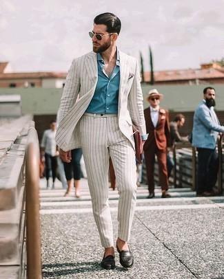 Comment porter un costume blanc: Pense à harmoniser un costume blanc avec une chemise de ville bleu clair pour un look classique et élégant. Tu veux y aller doucement avec les chaussures? Opte pour une paire de des slippers en cuir tressés noirs pour la journée.