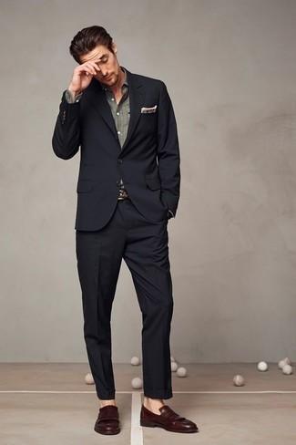 Comment porter une pochette de costume imprimée blanche: Pour une tenue de tous les jours pleine de caractère et de personnalité essaie d'associer un costume noir avec une pochette de costume imprimée blanche. Complète cet ensemble avec une paire de des slippers en cuir à franges marron pour afficher ton expertise vestimentaire.