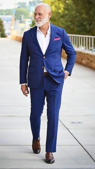 Comment porter un costume à rayures verticales bleu: Pense à porter un costume à rayures verticales bleu et une chemise de ville blanche pour une silhouette classique et raffinée. Si tu veux éviter un look trop formel, termine ce look avec une paire de des slippers en cuir marron.