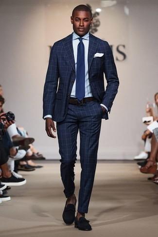 Comment porter une chemise de ville bleu clair: Pense à opter pour une chemise de ville bleu clair et un costume à carreaux bleu marine pour un look classique et élégant. Cette tenue est parfait avec une paire de des slippers en daim bleu marine.