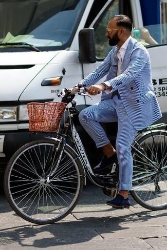Comment porter une cravate beige: Pense à marier un costume à rayures verticales bleu avec une cravate beige pour dégager classe et sophistication. Jouez la carte décontractée pour les chaussures et complète cet ensemble avec une paire de des slippers en daim bleu marine.