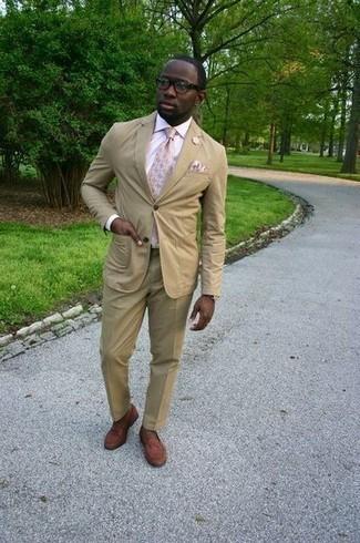 Comment porter une pochette de costume beige: Associe un costume marron clair avec une pochette de costume beige pour un déjeuner le dimanche entre amis. Jouez la carte classique pour les chaussures et complète cet ensemble avec une paire de des slippers en cuir marron.