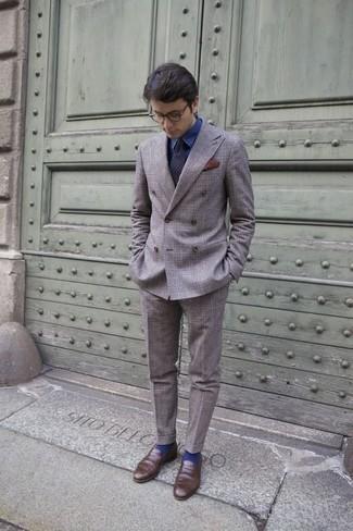 Comment porter une pochette de costume bordeaux: Pour une tenue de tous les jours pleine de caractère et de personnalité associe un costume écossais gris avec une pochette de costume bordeaux. Jouez la carte classique pour les chaussures et complète cet ensemble avec une paire de des slippers en cuir marron.