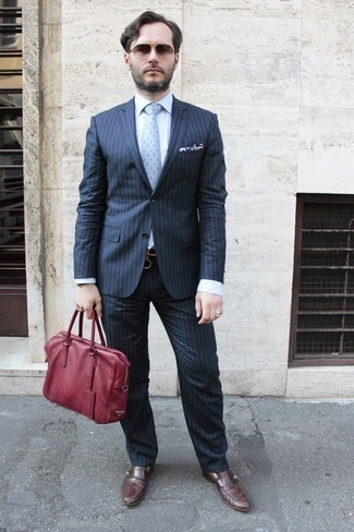 Comment porter des slippers en cuir marron: Opte pour un costume à rayures verticales bleu marine avec une chemise de ville bleu clair pour un look pointu et élégant. Une paire de des slippers en cuir marron est une option génial pour complèter cette tenue.