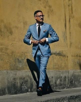 Comment porter des slippers en cuir noirs après 40 ans: Essaie d'associer un costume bleu avec une chemise de ville á pois blanche pour un look pointu et élégant. Une paire de des slippers en cuir noirs est une option avisé pour complèter cette tenue.