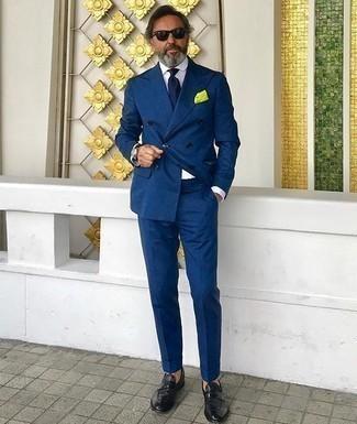 Comment porter des slippers en cuir noirs: Associe un costume bleu marine avec une chemise de ville blanche pour une silhouette classique et raffinée. Si tu veux éviter un look trop formel, opte pour une paire de des slippers en cuir noirs.
