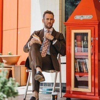 Comment porter une chemise de ville bleu clair: Essaie de marier une chemise de ville bleu clair avec un costume marron pour dégager classe et sophistication. Tu veux y aller doucement avec les chaussures? Complète cet ensemble avec une paire de slippers en cuir marron foncé pour la journée.