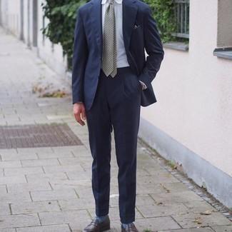 Comment porter un costume: Essaie d'harmoniser un costume avec une chemise de ville blanche pour un look classique et élégant. D'une humeur créatrice? Assortis ta tenue avec une paire de slippers en cuir marron foncé.