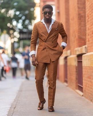 Comment porter un costume tabac: Pense à marier un costume tabac avec une chemise de ville à rayures verticales blanc et bleu pour un look classique et élégant. Complète ce look avec une paire de slippers en cuir à franges marron.