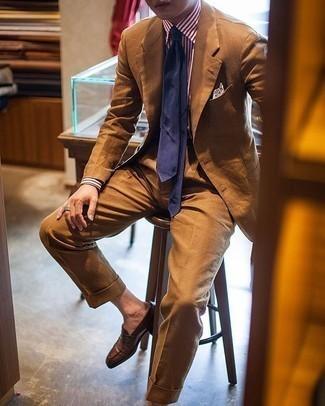 Comment porter un costume tabac: Associe un costume tabac avec une chemise de ville à rayures verticales blanc et rouge pour dégager classe et sophistication. Complète ce look avec une paire de slippers en cuir marron.