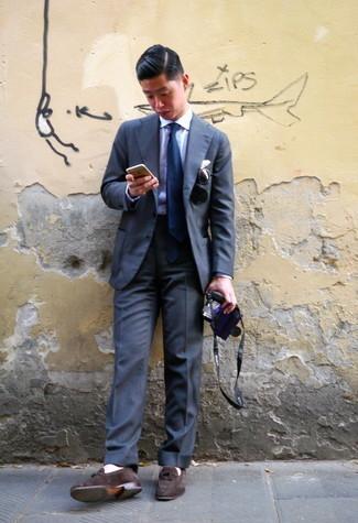 Comment porter des lunettes de soleil noires: Pour créer une tenue idéale pour un déjeuner entre amis le week-end, porte un costume gris foncé et des lunettes de soleil noires. Jouez la carte classique pour les chaussures et termine ce look avec une paire de slippers en daim marron foncé.
