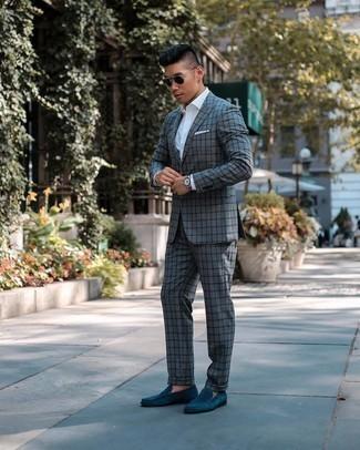 Comment s'habiller pour un style elégantes: Harmonise un costume à carreaux gris avec une chemise de ville blanche pour dégager classe et sophistication. Une paire de slippers en daim bleu canard est une option parfait pour complèter cette tenue.