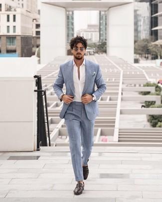 Comment porter une pochette de costume blanc et bleu: Harmonise un costume bleu clair avec une pochette de costume blanc et bleu pour un déjeuner le dimanche entre amis. Une paire de slippers en cuir marron foncé est une façon simple d'améliorer ton look.