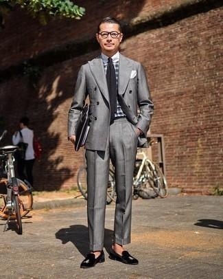 Comment porter une pochette de costume: Harmonise un costume gris avec une pochette de costume pour obtenir un look relax mais stylé. Fais d'une paire de slippers en velours brodés noirs ton choix de souliers pour afficher ton expertise vestimentaire.