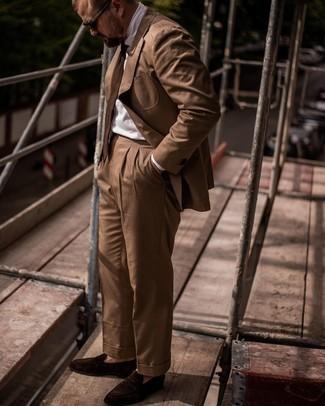 Tendances mode hommes: Harmonise un costume marron avec une chemise de ville blanche pour une silhouette classique et raffinée. Tu veux y aller doucement avec les chaussures? Opte pour une paire de slippers en daim marron foncé pour la journée.