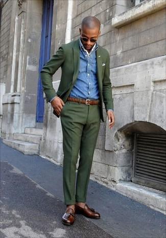 Comment porter: costume olive, chemise en jean bleue, mocassins à pampilles en cuir marron, bandana blanc