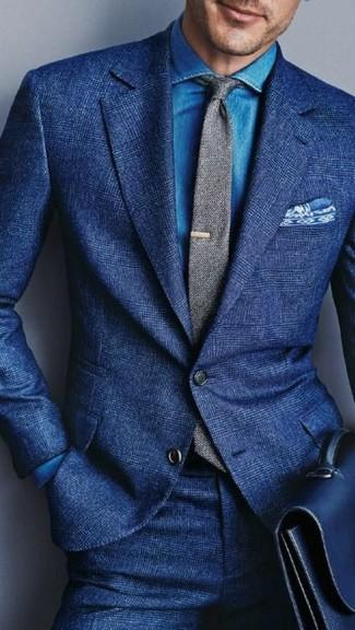 """L'association d'une chemise en jean et d'une chemise en jean bleue te démarquera de la masse sans trop être """"too much""""."""