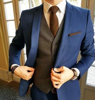 Comment porter: costume bleu marine, costume bleu marine, gilet marron, chemise de ville blanche