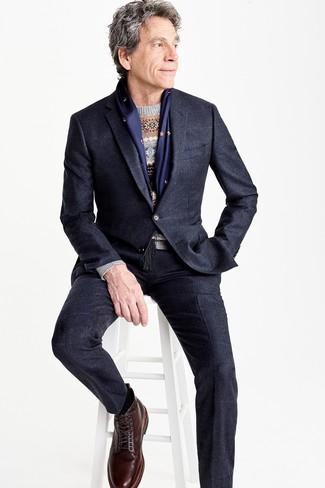 Comment porter: costume noir, costume à carreaux bleu marine, pull à col rond en jacquard gris, bottes de loisirs en cuir marron foncé
