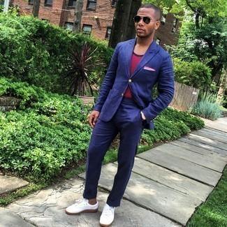 Comment s'habiller à 20 ans: Pense à harmoniser un costume bleu marine avec un débardeur à rayures horizontales rouge pour achever un look habillé mais pas trop. Tu veux y aller doucement avec les chaussures? Termine ce look avec une paire de baskets basses en toile blanches pour la journée.