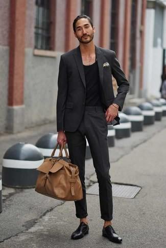 Comment porter des chaussures richelieu en cuir noires: Associe un costume gris foncé avec un débardeur noir pour créer un look chic et décontracté. Choisis une paire de des chaussures richelieu en cuir noires pour afficher ton expertise vestimentaire.