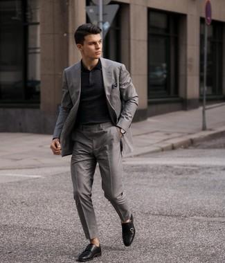 Comment porter une montre en cuir marron foncé: Essaie d'associer un costume gris avec une montre en cuir marron foncé pour une tenue idéale le week-end. Jouez la carte classique pour les chaussures et fais d'une paire de double monks en cuir noirs ton choix de souliers.
