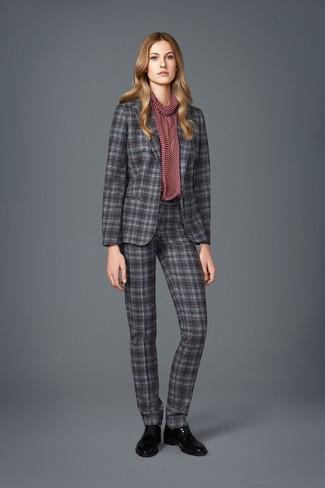 Comment porter: costume écossais gris, chemisier à manches longues imprimé bordeaux, chaussures richelieu en cuir noires