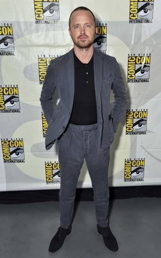 Comment porter: costume en coton gris foncé, polo noir, chaussures richelieu en daim noires