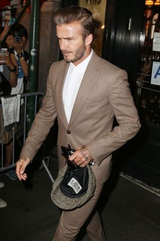 Tenue de David Beckham: Costume en laine brun, Chemise de ville blanche, Casquette plate à chevrons brune