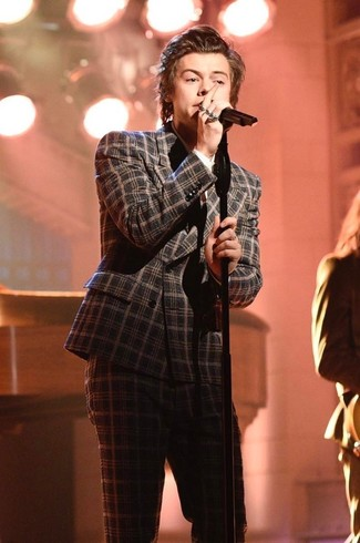 Tenue de Harry Styles: Costume en laine écossais gris foncé, Chemise de ville blanche