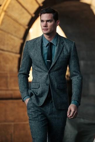 Comment porter: costume en laine gris foncé, chemise en jean bleue, cravate noire