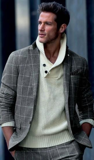 Comment porter: costume en laine à carreaux gris, pull à col châle en tricot beige, pochette de costume á pois noire et blanche