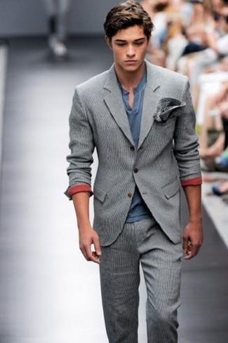 Comment porter: costume en laine gris, t-shirt à col boutonné bleu marine, pochette de costume écossaise gris foncé