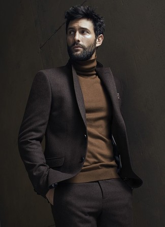 Comment porter: costume en laine marron foncé, pull à col roulé marron, pochette de costume imprimée marron