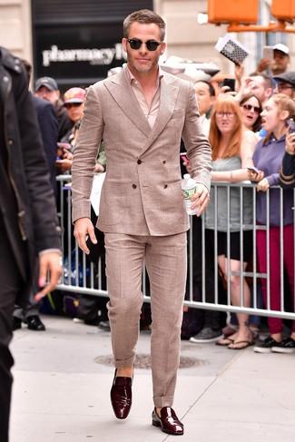Comment porter: costume en lin beige, chemise à manches longues beige, slippers en cuir bordeaux