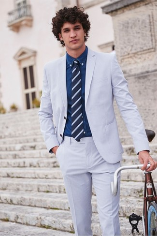 Comment porter: costume en seersucker bleu clair, chemise en jean bleu marine, cravate à rayures horizontales bleu marine