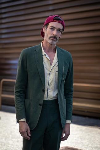 Comment porter: costume en seersucker vert foncé, chemise à manches longues jaune, casquette de base-ball pourpre