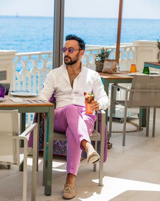 Comment porter: costume fuchsia, chemise à manches longues blanche, mocassins à pampilles en daim marron clair, lunettes de soleil roses