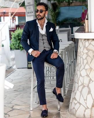 Comment porter: costume bleu marine, gilet gris, chemise à manches longues blanche, slippers en daim bleu marine
