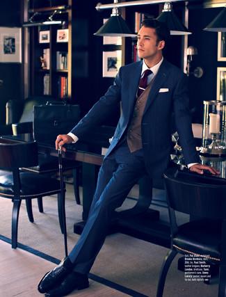 Comment porter: costume à rayures verticales bleu marine, gilet marron, chemise de ville blanche, chaussures brogues en cuir noires