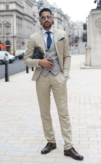 Comment porter: costume beige, gilet gris, chemise de ville bleu clair, chaussures brogues en cuir marron foncé