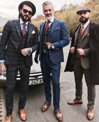 Comment porter: costume bleu marine, gilet écossais gris foncé, chemise de ville blanche, chaussures brogues en cuir marron