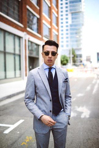 Comment porter: costume en laine gris, gilet à rayures verticales bleu marine, chemise de ville bleu clair, cravate á pois noire