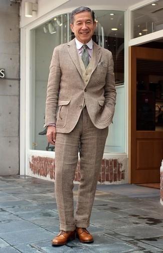 Comment porter: costume en laine marron, gilet en laine marron clair, chemise de ville à rayures verticales rose, chaussures derby en cuir marron clair
