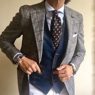 Comment porter: costume en laine à carreaux gris, gilet en denim bleu marine, chemise de ville blanche, pantalon de costume blanc