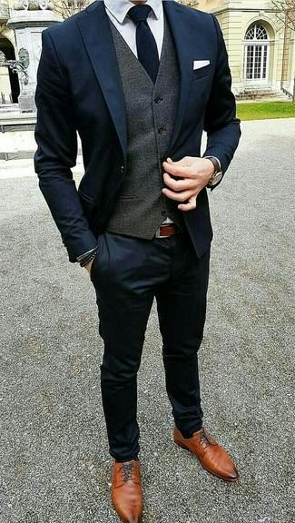 Comment porter: costume bleu marine, gilet gris foncé, chemise de ville blanche, chaussures derby en cuir tabac