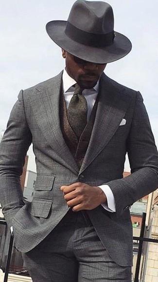 Comment porter: costume écossais gris, gilet en laine marron foncé, chemise de ville blanche, chapeau en laine gris foncé
