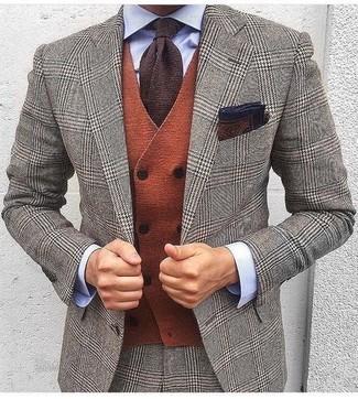 Comment porter: costume en laine en pied-de-poule gris, gilet en laine orange, chemise de ville bleu clair, cravate en tricot marron foncé