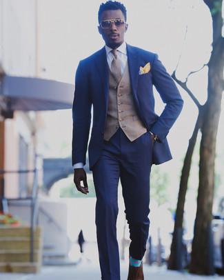 Comment porter: costume bleu, gilet écossais marron, chemise de ville blanche, chaussures richelieu en cuir marron