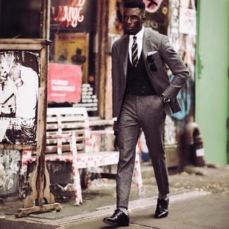 Comment porter: costume en laine gris, gilet noir, chemise de ville blanche, chaussures derby en cuir noires